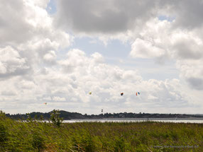 Kite-Surfer an einer Bucht auf dem Weg nach Kungsbacka