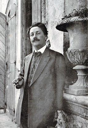 Déodat de Severac devant sa maison à Saint Félix Lauragais
