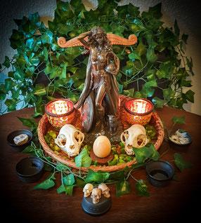 Altarbild mit der Göttin Freya, Efeu, Osterei aus gelben Jaspis, kleinen künstlichen Menschenschädeln und echten Katzenschädeln, Opferschälchen für die Elemente.