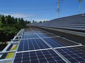 自宅のソーラー発電。屋根の上からの撮影。