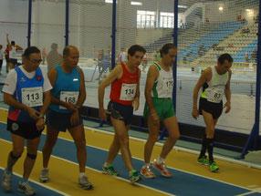 Manuel Lara Buendía, dorsal  134, en el centro de la imagen, en la salida de los 800 metros lisos.