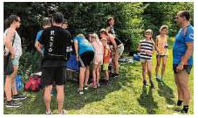 Wie man sich gegen Bedrohungen schützt, wird Kindern beim Selbstverteidigungskurs demonstriert. Foto Lions Club