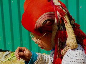 eine Dao-Frau stickt permanent und überall