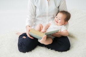 生まれてすぐに、歌と読み聞かせを始めましょう。
