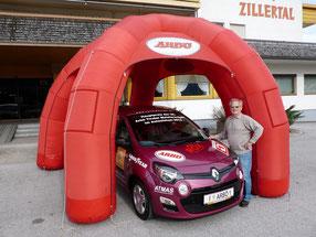 ATMAS Chef Kurt Reinstadler vor dem Siegerpreis des Renault Twingo