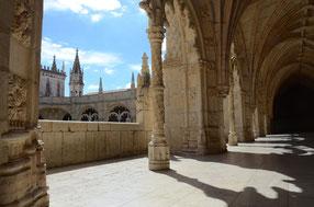 Bogengang mit Schattenwurf im Kloster Jerónimos