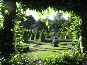 Formale Gärten durch einen grünen Blätterrahmen aufgenommen im Birr Castle / ©Birr Castle