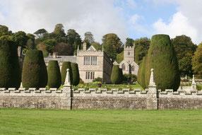 Ansicht von Lanhydrock Castle und in Form geschnittenen Eiben
