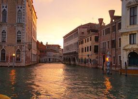 Kanal in Venedig am Abend
