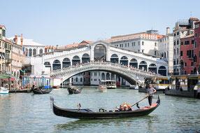 Rialto-Brücke am Canale Grande mit Gondel