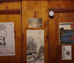 Im Bild zu sehen: die alte Lokführer-Uhr meines Großvaters und einige schöne Bilder. Dies ist in der Werkstatt von Moku Buki.