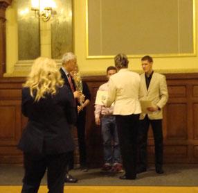 Robert Braun (rechts) nimmt seine Ehrung durch Fr. Michaela Sojka entgegen