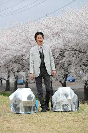 足利工業大学自慢の桜を背景に改良中のソーラークッカーを並べてもらった
