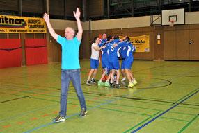 Jubelnd fielen sich nach dem siegreich beendeten Finale gegen den TV Wünschmichelbach die Akteure in die Arme, während Coach Guido Schaub bereits mit den eigenen Fans auf der Tribüne feierte.