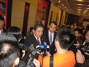 中国 福建省 厦門の展示会場で報道陣に囲まれる。   (アシスト 中村)