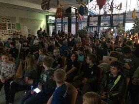 Das Bild zeigt das Publikum im Atrium der CFS. Foto: Iris Ritter