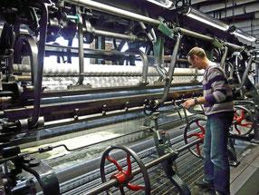 Ci-dessus, le tulliste et son métier Leavers. Un homme seul peut s'occuper de 2 machines pour une fabrication simple comme ici.
