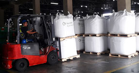 Moving the cargo by forklift