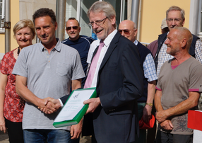Unterschiftenübergabe Kleingärtnerverein an Bürgermeister Freytag
