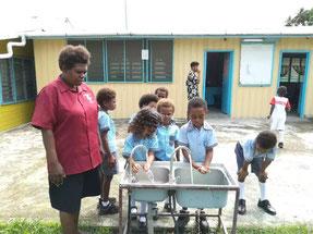 活動後にも手洗い。学年毎に最低ひとつの手洗い場の設置が義務づけられている。