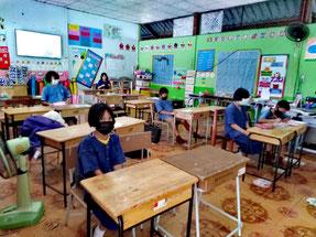 授業の様子。ちなみに毎週金曜日は民族衣装の日で、紺色の民族衣装を皆着ている。