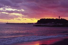 染まる江ノ島の砂浜
