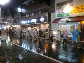 雨の中カッパを着て踊ります