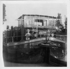 Aufgrund des angebrachten Eichzeichens SN755SA  ist dieses Bild aus dem Fotoalbum der ehemaligen Eignerfamilie zwischen dem 15.05.1961 und dem 13.06.1971 aufgenommen worden. Die beiden Antennen zeigen, dass es an Bord einen Fernsehempfänger gab.