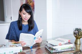 Portrait photo corporatif professionnel en lumière naturelle de Julie Doan nutritionniste qui lit un livre par Marie Deschene photographe Pakolla à Montréal Canada