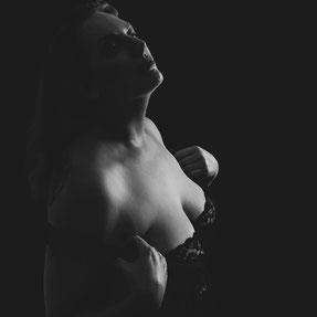vrouw ontbloot bovenlichaam