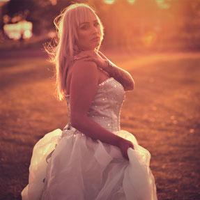 vrouw in witte elegante jurk