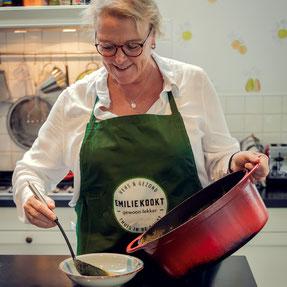 vrouw kookt