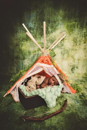 newborn baby in een tent
