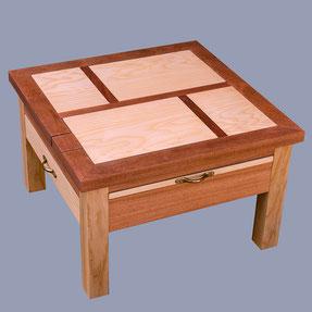 table basse carrée avec 2 lutrin. position fermée