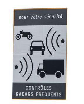 Hinweisschild auf stationäre Radaranlage in Frankreich