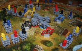 Spielplan mit Bauwerken und Figuren