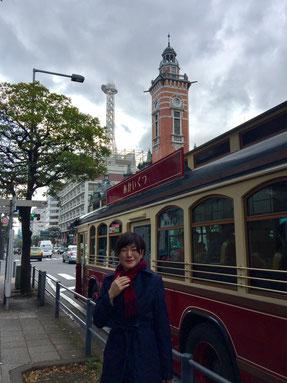 打合せを終えてキングの塔(神奈川県庁)を出るとジャックの塔(横浜市開港記念会館)に観光周遊バスあかいくつ。世界へと夢が広がる横浜の街。