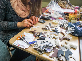 Ina fertigt Schlüsselanhänger