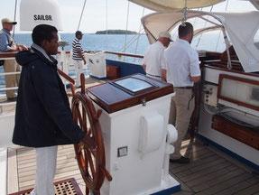 本船のブリッジ。右奥が船長、その隣がパイロット。左奥霞さん