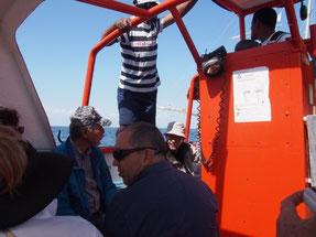 テンダーボート。中央クルーの右が堀岡さん、左が村石さん。