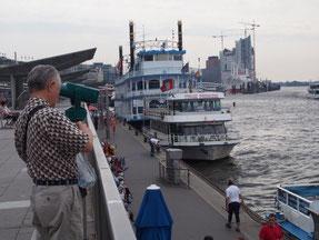 観光船もいるハンブルグ港の風景
