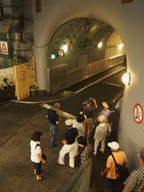 頻繁に行き来の多い舟運を妨げないように河を横断するトンネル