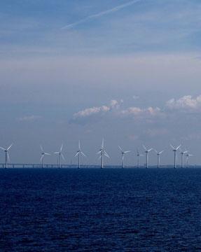 長大な高架橋と風力発電装置