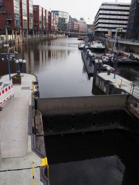 北海沿岸都市の例にもれず川をせき止める閘門が見える