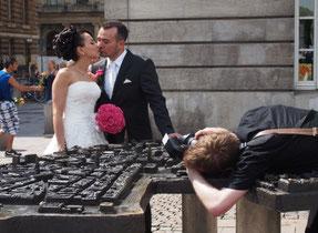市庁舎を出て歩く途中に新婚さんに出会った。ちょっとスペイン系と思われるが、スナップを撮るカメラマンが注文すると臆面もなくちゅうとやる。
