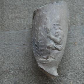 Persoon met 'spinrokken' ; stokken waaromheen wol of vlas werd gedraaid