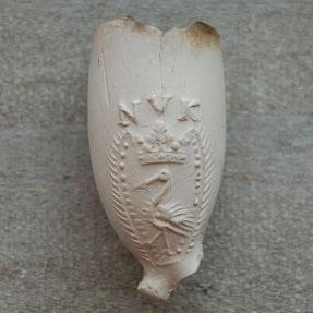 Ooievaar met initialen NVK aan 1 zijde van de kop, iets andere afbeelding als hierboven