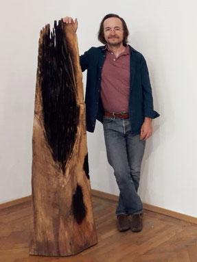 Ausstellungseröffnung im Schloss Ebenau 2019, Johann Feilacher mit einer Skulptur