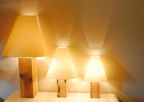 Beleuchtungsideen wie die AC Designer Stehlampe mit dem pfiffigen Lampen-schirm, durch den Sie wertvollen Platz sparen.