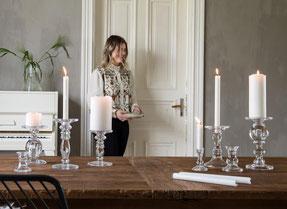 mit handgefertigten Unikaten aus Holz, wie rustikalen Kerzenhaltern und hochwertigen Tischlampen.